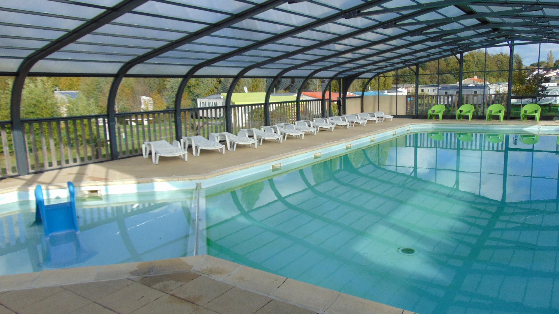 Camping vend e avec piscine couverte for Camping limoges avec piscine